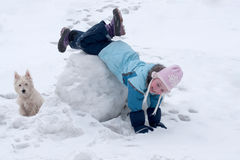 Het meisje ligt op sneeuwbankhoofd over hielen Royalty-vrije Stock Foto