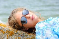 Het meisje ligt op steen Royalty-vrije Stock Foto