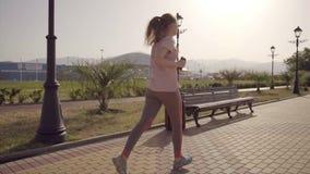 Het meisje loopt De langzame arena van de motievoetbal van het Olympische Park in de stad van Sotchi stock video
