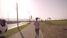 Het meisje loopt De langzame arena van de motievoetbal van het Olympische Park in de stad van Sotchi stock footage