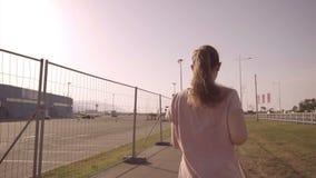 Het meisje loopt De langzame arena van de motievoetbal van het Olympische Park in de stad van Sotchi stock videobeelden