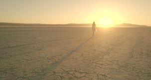 Het meisje loopt in de woestijn van het de Luchtspiegelingmeer van Gr hommel Oktober 2017 stock footage