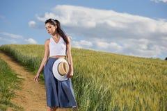 Het meisje loopt langs de weg onder de gebieden Royalty-vrije Stock Foto's