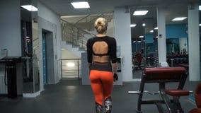 Het meisje loopt op de gymnastiek stock videobeelden