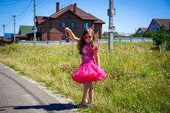 Het meisje loopt op de weg in het dorp Royalty-vrije Stock Afbeelding