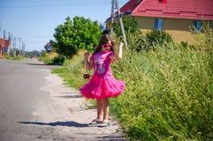 Het meisje loopt op de weg in het dorp Royalty-vrije Stock Foto's
