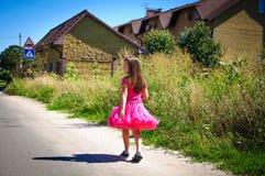 Het meisje loopt op de weg in het dorp Stock Fotografie