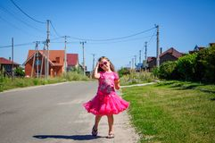 Het meisje loopt op de weg in het dorp Royalty-vrije Stock Afbeeldingen