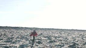 Het meisje loopt op een steenachtige oppervlakte stock video