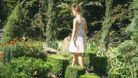 Het meisje loopt in het park stock footage
