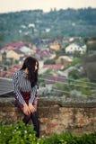 Het meisje loopt rond de stad in de zomer Royalty-vrije Stock Afbeeldingen