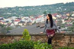 Het meisje loopt rond de stad in de zomer Stock Afbeelding