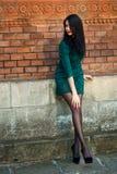 Het meisje loopt rond de stad in de zomer Royalty-vrije Stock Fotografie