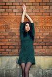 Het meisje loopt rond de stad in de zomer Royalty-vrije Stock Foto's
