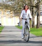 Het meisje loopt stad met fiets stock foto's