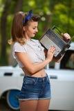 Het meisje luistert aan antieke radio Stock Afbeeldingen