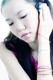 Het meisje luistert aan muziek Stock Fotografie