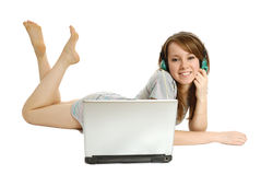 Het meisje luistert aan muziek Royalty-vrije Stock Afbeeldingen