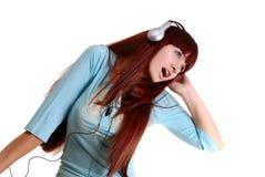 Het meisje luistert aan muziek Royalty-vrije Stock Foto's