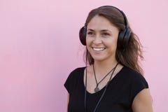 Het meisje luistert aan muziek Royalty-vrije Stock Fotografie