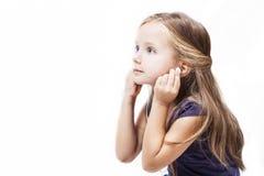 Het meisje luistert aan muziek op earheadphones stock foto