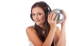 Het meisje luistert muziek in hoofdtelefoons stock afbeeldingen
