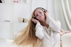 het meisje luistert muziek i Royalty-vrije Stock Foto's