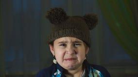 Het meisje maakt belachelijke gezichten stock videobeelden