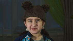 Het meisje maakt belachelijke gezichten stock video