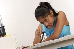 Het meisje maakt cirkel met kompas Stock Foto's