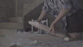 Het meisje maakt de nietmachine zachte stoffering op de zetel voor de stoel vast stock video