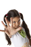 Het meisje is maakt een eindegebaar met haar hand Stock Foto's