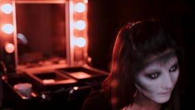 Het meisje maakt een samenstelling in de stijl van een heks Halloween stock videobeelden