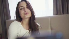 Het meisje maakt grappige uitdrukkingen voor selfiebeeld, jonge vrouwelijke gebruikssmartphone stock video