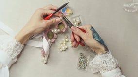 Het meisje maakt juwelen royalty-vrije stock afbeeldingen