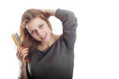 Het meisje maakt kapsel Stock Afbeelding