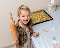 Het meisje maakt koekjes Royalty-vrije Stock Foto's