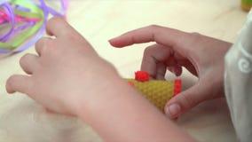 Het meisje maakt met de hand gemaakte gravure van kaars stock footage