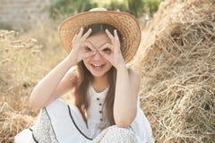 Het meisje maakt met haar vingers o.k. Royalty-vrije Stock Afbeelding