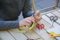 Het meisje maakt oorringen en namaakbijouterie door haar eigen handen royalty-vrije stock afbeelding