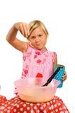 Het meisje maakt pannekoekdeeg Royalty-vrije Stock Afbeeldingen