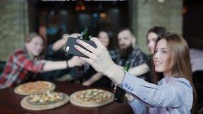Het meisje maakt selfie een pretbedrijf van vrienden in pizzeria stock video