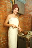 Het meisje maakt stoom bij sauna Royalty-vrije Stock Afbeeldingen