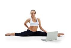 Het meisje maakt yogaoefening Royalty-vrije Stock Foto's