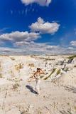 Het meisje in marmeren steengroeve, vervaardiging van marmeren producten Stock Afbeeldingen