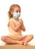 Het meisje is in medisch met een thermometer. Royalty-vrije Stock Afbeeldingen