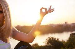 Het meisje mediteert zonsondergang, samenvatting Royalty-vrije Stock Foto's