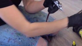 Het meisje mengt verf in het luchtpenseel stock videobeelden