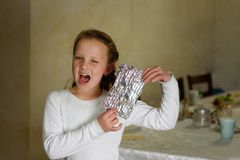 Het meisje met Afikoman is een helft-stuk van matzah dat van de Pascha Seder gebroken is stock foto's