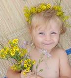 Het meisje met bloemen Stock Foto's
